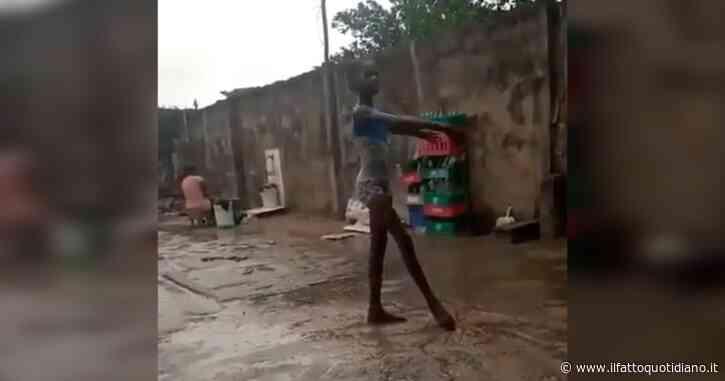 """La giovane ballerina nigeriana balla a piedi nudi sotto la pioggia, il video fa colpo su Roberto Bolle: """"Lascia senza parole"""""""