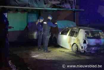 Auto volledig uitgebrand na brandstichting voor woning in Aartselaar