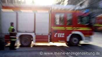Dramatische Szenen bei Wohnhausbrand in Bayern: Feuerwehr rettet drei Kleinkinder aus den Flammen