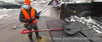 Un retraité déneige les voitures des employés de l'hôpital de Saint-Jérôme