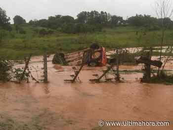 Intentan cruzar arroyo desbordado y raudal arrastra vehículo - ÚltimaHora.com