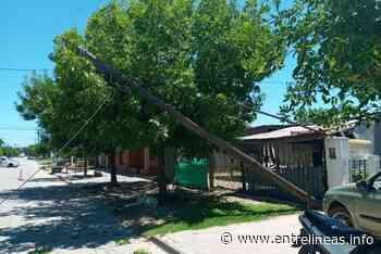 Dolores: Un camión enganchó los cables y tiró dos postes de luz - Entrelíneas.info