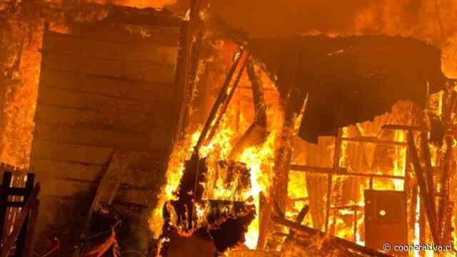 Incendio dejó tres casas destruidas y 13 damnificados en Antofagasta