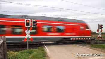 Lokführer unter Schock: Unbekannte drapieren Puppe im Gleisbett