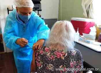Idosa de 97 anos recebe vacina em asilo de Volta Redonda - Foco Regional
