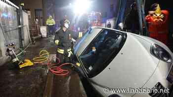 Trezzano sul Naviglio, auto nello scavo del cantiere, ripescata dai pompieri   VIDEO - Il Notiziario