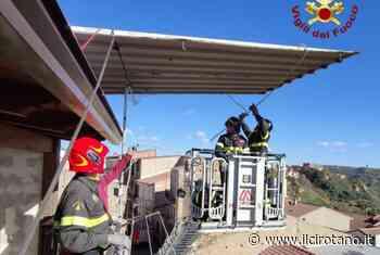 Il forte vento scoperchia tetto casa a San Mauro Marchesato, intervento dei Vigili del Fuoco per la messa in sicurezza - Il Cirotano