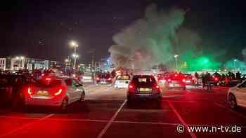 Niederlande erleben Brandnacht: Erste Ausgangssperre entfacht Krawalle