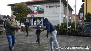 Curno, la catena umana per l'inaugurazione della biblioteca - BergamoNews - BergamoNews