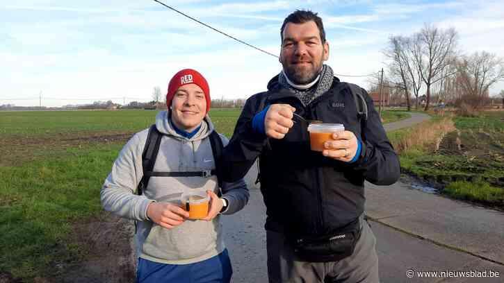 """Restauranthouder Tom (42) stapt 75 kilometer naar Belgische kust: """"Letterlijk én figuurlijk de lijdensweg van de horeca"""""""