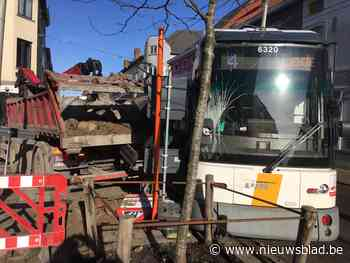 Tram ontspoord na botsing met vrachtwagen
