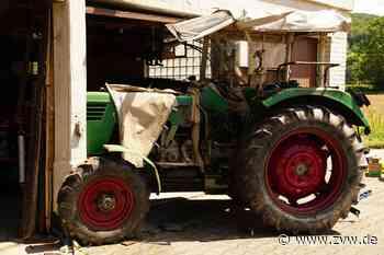 Medizinischer Notfall in Oppenweiler: Traktor kracht in Garage, Fahrer muss von Feuerwehr befreit werden - Blaulicht - Zeitungsverlag Waiblingen - Zeitungsverlag Waiblingen