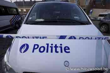 Kop-staartbotsing met drie voertuigen - Het Nieuwsblad