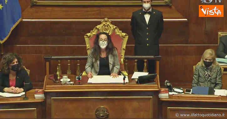 Governo, Taverna legge l'annuncio delle dimissioni di Conte e in Senato parte l'applauso