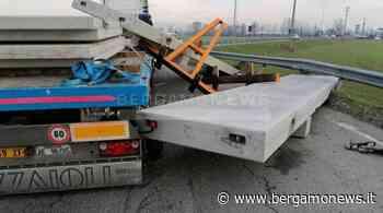 Camion perde il carico alla rotonda: interviene la Polizia locale di Spirano - BergamoNews - BergamoNews