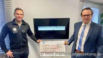 Große Freude über 1000 Euro: Raiffeisenbank Mainburg unterstützt die Handballjugend