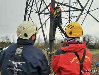 Yvelines. Guerville : les pompiers de l'extrême à l'entraînement sur un pylône de 45 mètres de haut - actu.fr