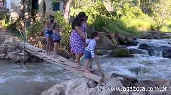 Moradores do interior de Vargem Alta se arriscam em ponte improvisada - A Gazeta ES