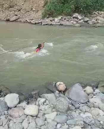 El cruce de una menor por un río en Santa Rita, Pueblo Rico, generó polémica. - El Diario de Otún