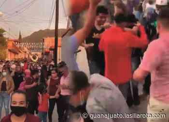 Con chelas, baile y banda, desafían al covid en fiestas de Tarimoro - La Silla Rota