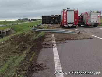 Un camión volcó en la autopista a la altura de Oncativo - El Diario del Centro del País
