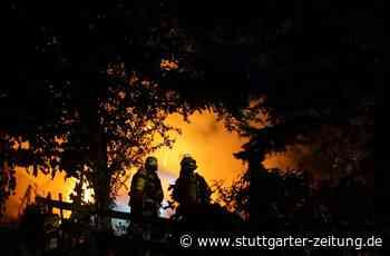 Zell unter Aichelberg: Unbekannte zerstören Kleingartenanlage und legen Feuer - Stuttgarter Zeitung