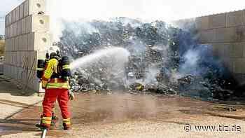 Mehr als 40 Kubikmeter Altpapier brennen in Stotternheim - Thüringische Landeszeitung