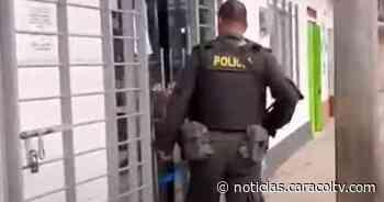 ¿Cómo llegó ahí? Joven se emborrachó y amaneció dentro de un banco - Noticias Caracol