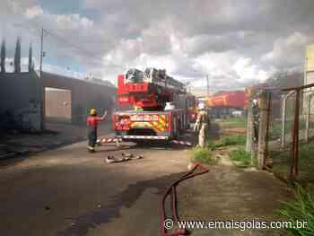 PERIGO Incêndio atinge fábrica de fibra na Esplanada dos Anicuns em Goiânia - Mais Goiás