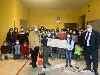 Consegnato l'assegno di 400 euro alla scuola Primaria Borgonuovo - La Provincia di Biella