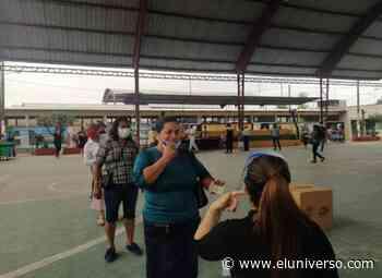 Con bolígrafo en mano, muchos llegaron a votar en Samborondón; y sí se les pidió que mostraran su rostro - El Universo