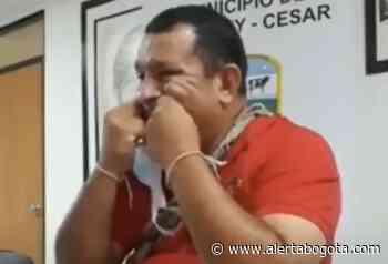 Boletean a un alcalde cuando limpiaba sus dientes con el tapabocas - Alerta Bogotá