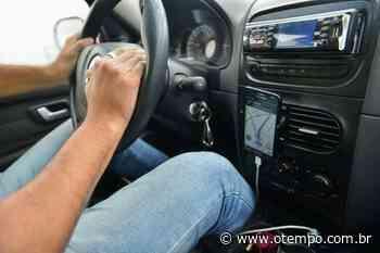 Motorista de app é roubado, amarrado a árvore em estrada em Matozinhos - O Tempo