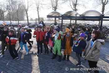 Leerlingen van tweede leerjaar dansen verkleed voor rusthuisbewoners<BR />