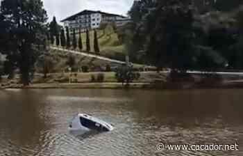 Vídeo: Veículo cai em lago no centro de Fraiburgo - Caçador Online