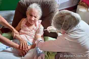 Pau dos Ferros inicia imunização contra Covid-19 em idosos acamados - Agora RN