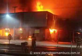 Supermercado no Cabo de Santo Agostinho é atingido por incêndio de grandes proporções - Diário de Pernambuco