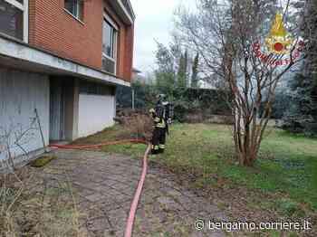 Curno, in fiamme una casa abbandonata - Corriere Bergamo - Corriere della Sera