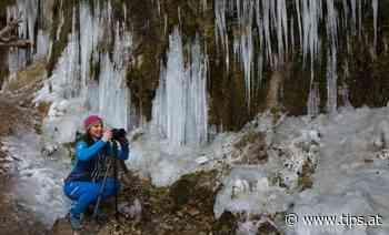Eine Wand voll Eiszapfen beim Naturphänomen Rinnende Mauer in Molln - Tips - Total Regional
