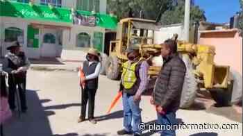 Alcalde de Charcas da banderazo a pavimentación de calle: Antorcha. - Plano informativo