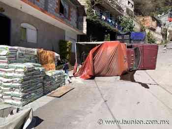 Vuelca camioneta en la colonia Adolfo Ruiz Cortines, en Cuernavaca - Unión de Morelos