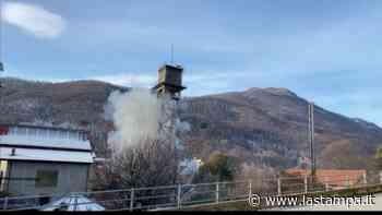 Luserna San Giovanni, abbattuta con l'esplosivo la torre dell'ex cotonificio Mazzonis - La Stampa
