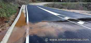 Denuncian que el nuevo acceso a Villavieja se convierte en un «lodazal de agua, barro y piedras» - el bierzo noticias