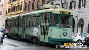 Paura sul tram: passeggeri minacciati da un uomo armato di bastone ed  estintore