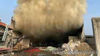 Incendio di rifiuti in un deposito a Tombolo - Il Mattino di Padova