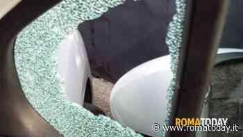 Predone notturno sfonda vetro di un'auto per rubare uno zaino all'interno
