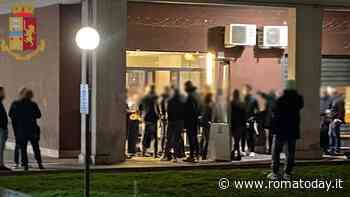 Cinecittà est, assembrati a bere birre davanti due bar: arriva la polizia e chiude i locali