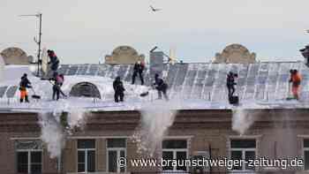 Winter: Russland kämpft gegen Schnee und Eis auf Dächern