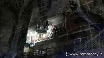 Incendio a Monteverde, fumo invade la palazzina, intossicata un'anziana