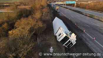 Lkw verunglückt auf A2 - Fahrstreifen gesperrt
